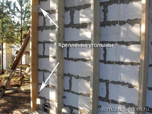 В качестве креплений для обрешётки можно использовать металлические уголки