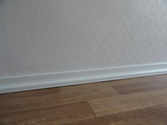 В небольшой комнате можно оставить стеклообоям их первоначальный белый цвет.