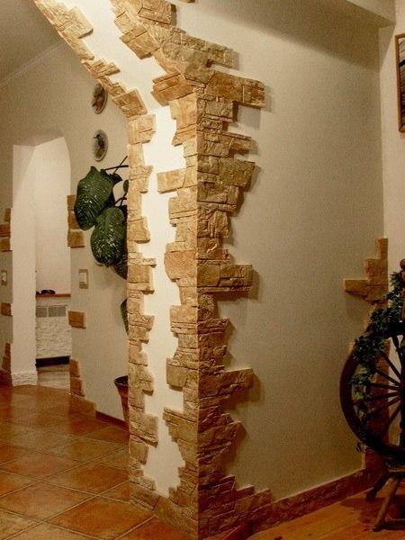 В отделке коридора использован цементный камень.