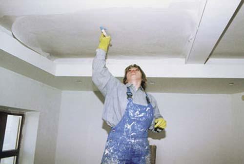 В первую очередь приводится в порядок потолок квартиры.