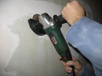 В сложных случаях стены стоит зачистить