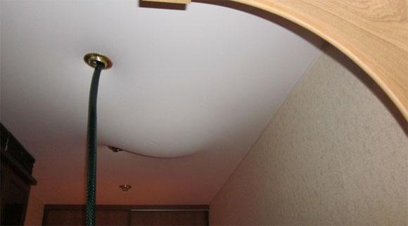 В случае затопления сверху вода скапливается на пленке, не протекая в квартиру. После её слива потолок быстро примет первоначальный вид