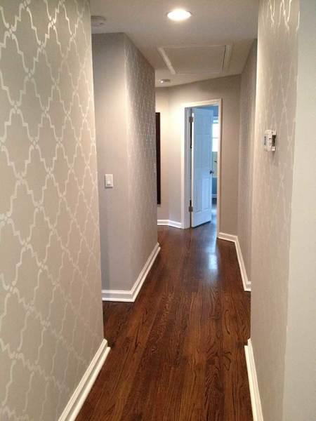 В узких коридорах стоит использовать светлые материалы с простыми рисунками и узорами, поскольку они способствуют визуальному расширению