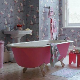 В ванной также возможно использование обоев.