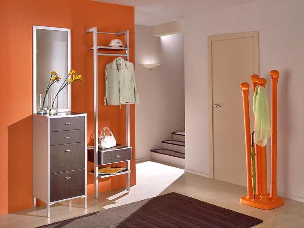 Вариант однотонного контрастного оформления стен в коридоре.
