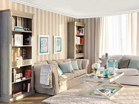 Вертикальная полоса и светлый потолок зрительно делают комнату выше