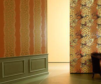 Вертикальные полосы сделают поверхность стен выше, визуально, разумеется