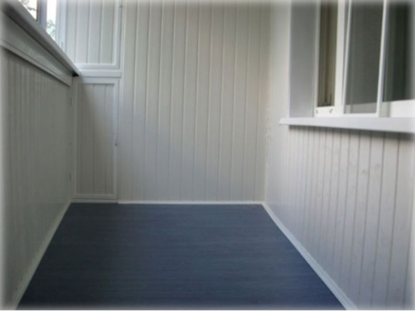 Виниловая вагонка часто применяется для отделки балконов и лоджий.