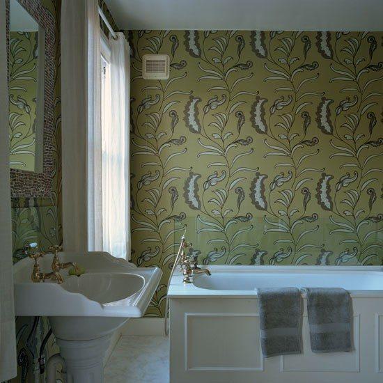 Виниловое настенное покрытие в интерьере ванной комнаты.