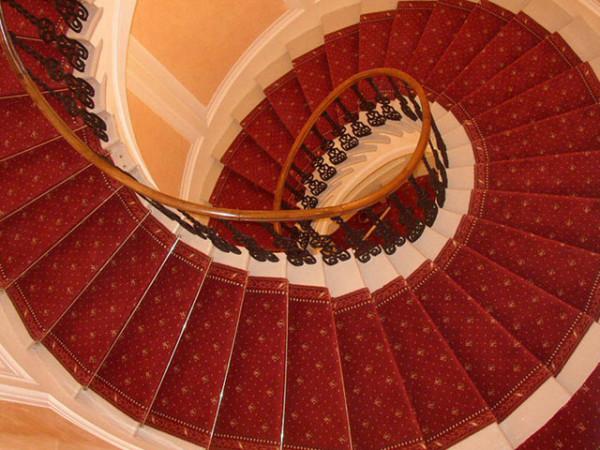 Винтовая лестница, покрытая ковролином