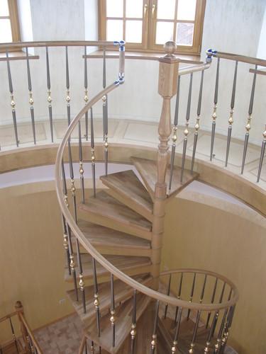 Винтовая лестница с деревянными ступенями.