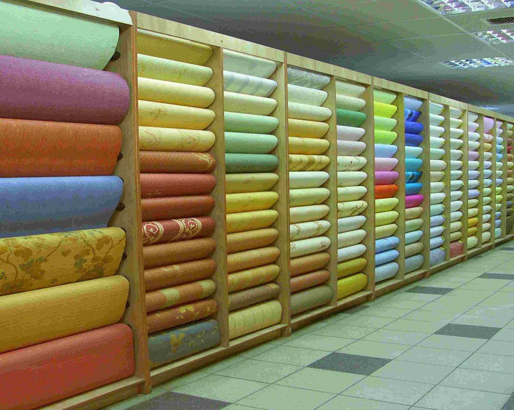 Витрина в магазине с бумажными рулонами