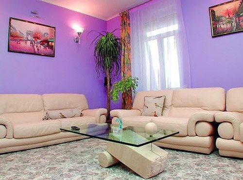 Визуальное расширение гостиной за счёт фиолетовых обоев