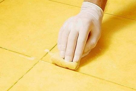 Влажная губка помогает удалить излишки фуги с поверхности плитки