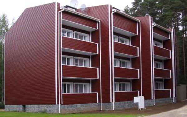 Внешняя часть дома облицована фиброцементными плитами.