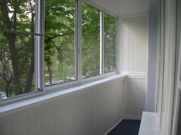 Внутренняя отделка балкона пластиковыми панелями завершена