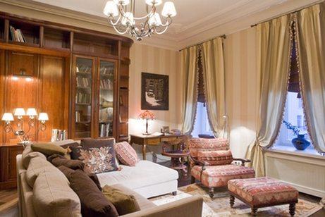 Вот такие неяркие полосатые обои в интерьере гостиной, почти невидимые за шторами, картинами и освещением, ещё могут подойти и сегодня («G»)