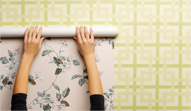Всегда ли нужно снимать со стен старые обои перед наклейкой новых? Попробуем выяснить.