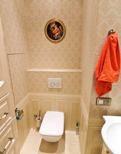 Выбирайте для туалета спокойные и светлые тона обоев.