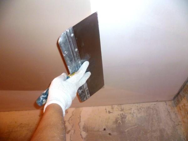 Выполнение шпаклёвки потолка