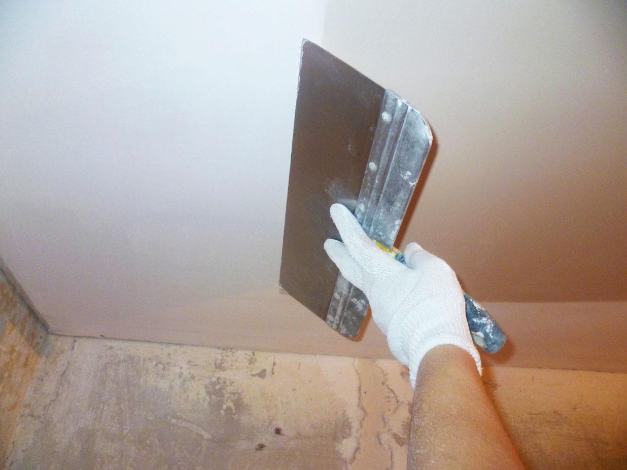 Выравнивание потолка силикатной шпатлевкой