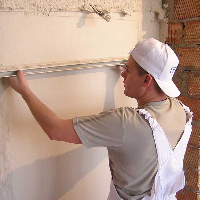 Выравнивать стенку можно с помощью правила