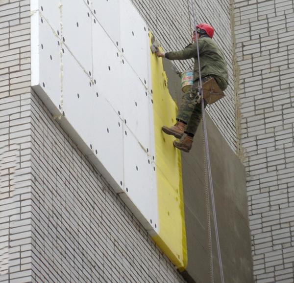 Высотные работы по утеплению и оштукатуриванию фасада
