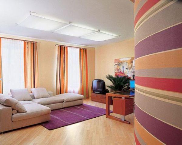 Яркое оформление комнаты различными полосами.