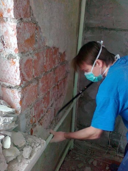 Зачистка отслаивающейся штукатурки, пораженной грибком. В этом случае потребуется предварительная грунтовка антисептиком.