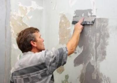 Зачистка стены шпателем