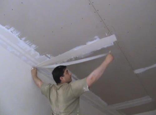 Заделка швов на потолке лентой