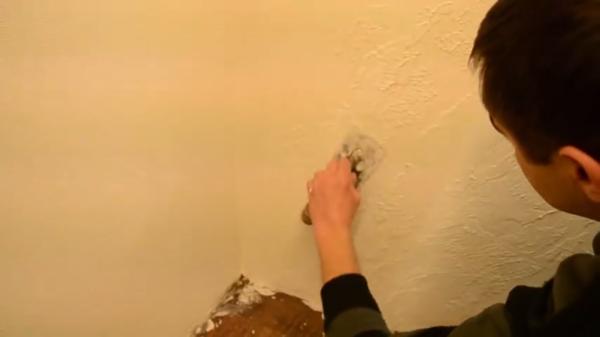 Заглаживаем поверхность шпателем