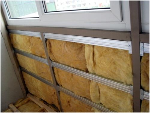 Закладка утеплителя на лоджии под пластиковую обшивку.