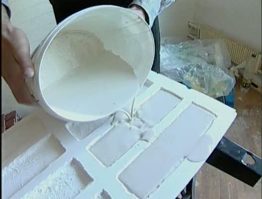 Заливаем гипсовое тесто в форму.