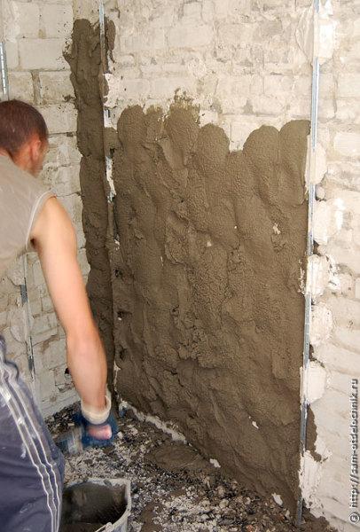 Заполняем штукатуркой стену