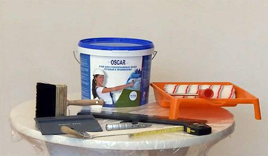 Заранее подготовьте такие инструменты для поклейки обоев, как показано на фото.