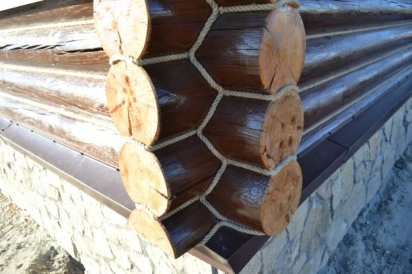Защита цоколя сруба натуральным камнем