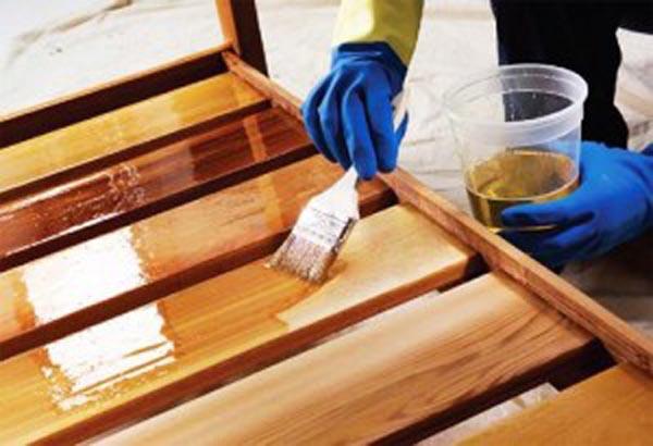 нанесение лазури на древесину