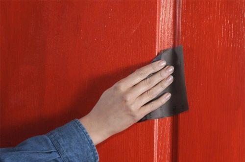 Зашкуриваем дверь со шпоном.
