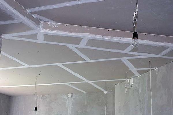 Зашпаклёванные швы многоуровневого потолка из ГКЛ