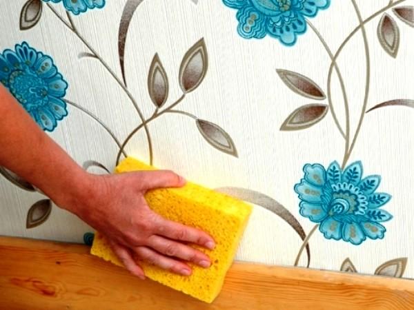 Заведите для рельефных обоев специальную мягкую губку и раз в месяц смахивайте пыль с поверхности