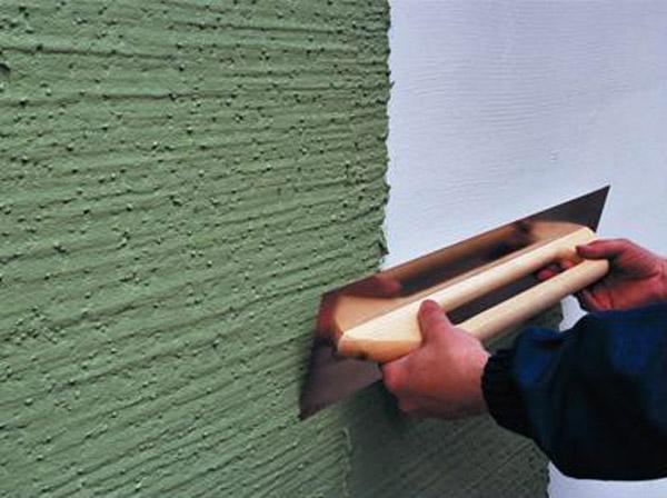 Завершаем отделку нанесением финишного слоя фасадной декоративной штукатурки.