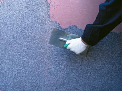 Завершаем процесс нанесением декоративного покрытия.