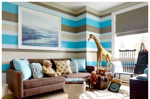 Здесь подбор цвета краски для стен был определён ковром на полу, диваном и картиной – белые же вставки всегда удачно вписываются в любой основной цвет