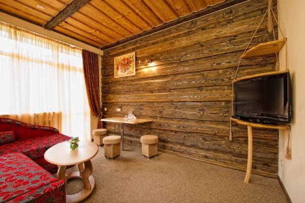 Здесь, решая вопрос, чем отделать стены в гостиной, немного переусердствовали с деревом, желание соригинальничать взяло вверх (фото «G»)
