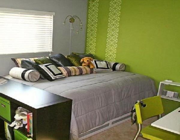 Зеленые обои для спальни уместно сочетать с серыми оттенками