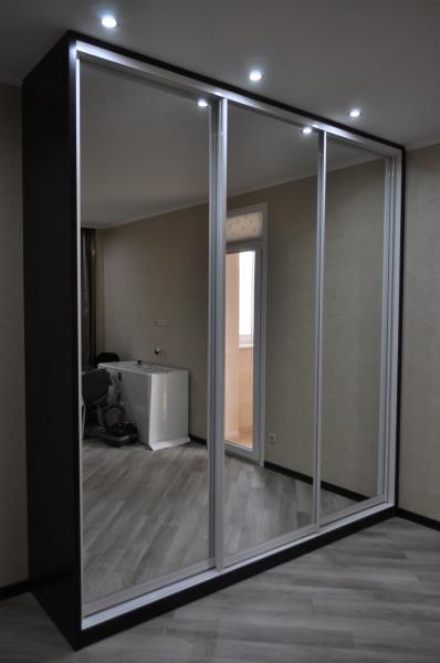 Зеркальный шкаф-купе - оптимальное решение для небольшой спальни.