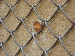 Железная сетка улучшит сцепление цементного раствора со стеной