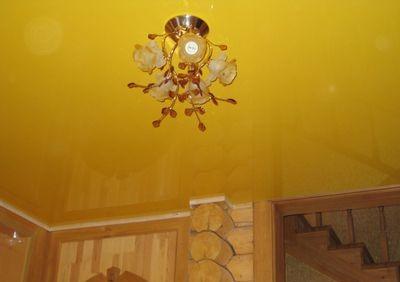 Жёлтый подвесной потолок среди деревянных стен