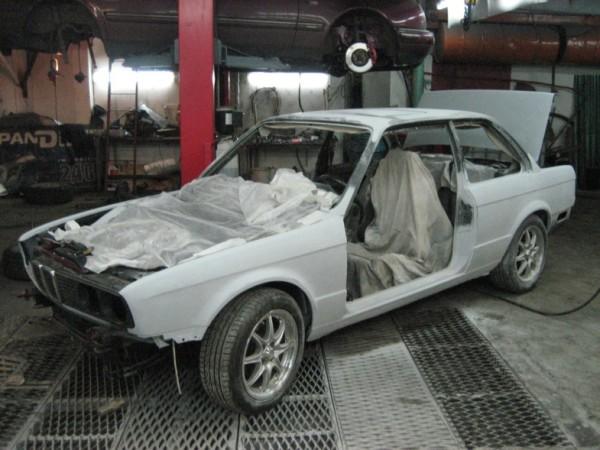 Жидкая шпаклевочная масса применяется даже в ремонте автомобилей.